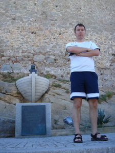 Here too: An unhappy man from Hyen in front of the Columbus statue in Calvi