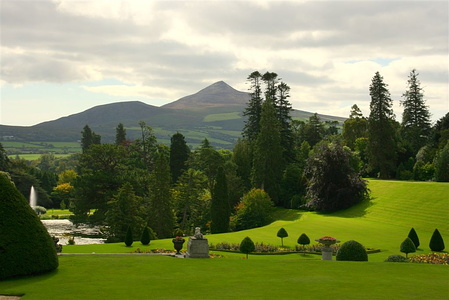 Powerscourt med Great Sugarloaf Mountain i bakgrunnen