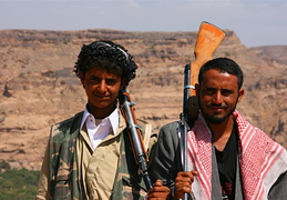 Two friendly Yemenis with rifles